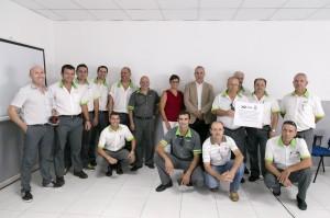 Jacobo Kalitovics, gerente de Titsa; junto a otros directivos de la empresa, los conductores participantes en el curso y los monitores del mismo, también pertenecientes a Titsa.