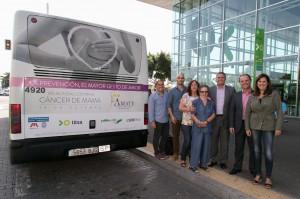 Representantes de Amate; Cabildo de Tenerife, Titsa y Publiservic posan junto a la guagua rotulada.